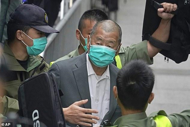 Cuando Jimmy Lai (en la foto, bajo custodia policial en febrero) era un niño, trabajaba como portero llevando bolsas para los pasajeros en la estación de tren de su ciudad natal, Canton, en el sur de China.