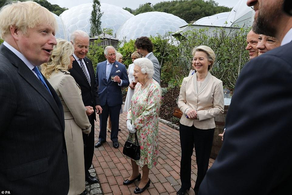 El presidente Joe Biden y Jill Biden hablan con la reina Isabel II