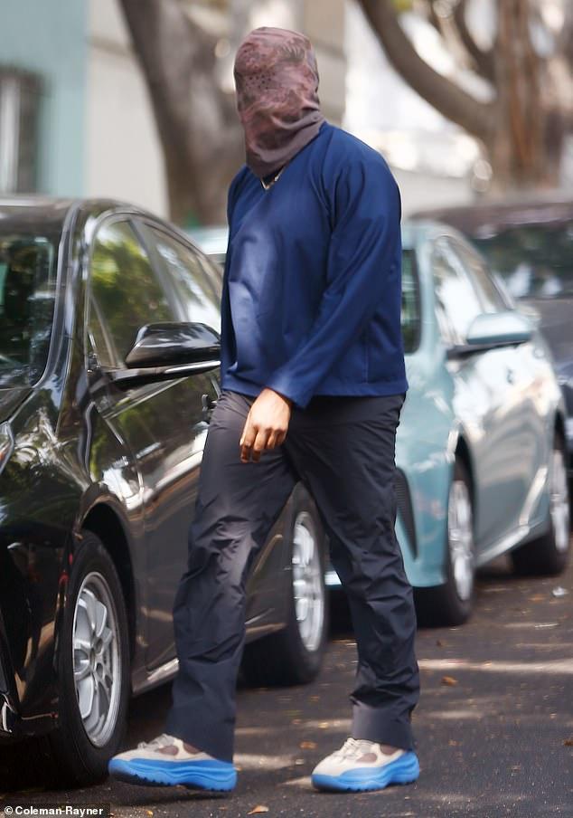 Fuera de casa: Kanye West ha sido acusado de intentar 'sabotear' una deposición ordenada por la corte usando una 'máscara de Jesús' de rostro completo, como se le ve en Los Ángeles el martes