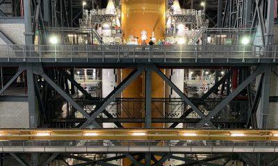La NASA ha terminado de ensamblar su enorme sistema de lanzamiento espacial (SLS, por sus siglas en inglés) de 18.600 millones de dólares que llevará a los astronautas de regreso a la luna durante la próxima década.