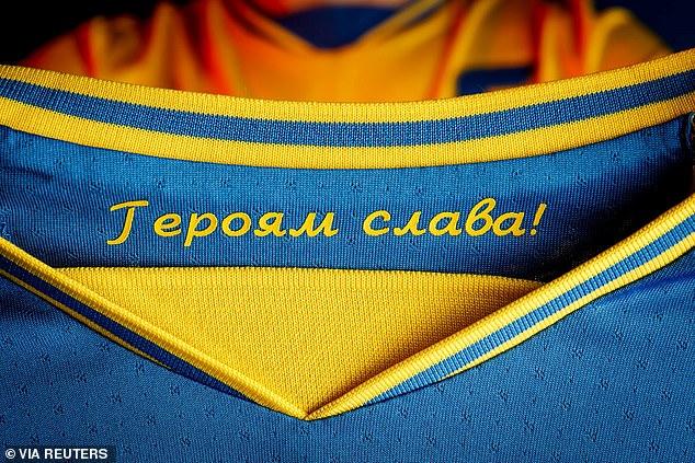La UEFA dijo que 'Gloria a nuestros héroes', un grito de guerra durante las protestas contra Rusia de 2014 en Ucrania que está escrito dentro de la camiseta (en la foto), era 'claramente de naturaleza política'.