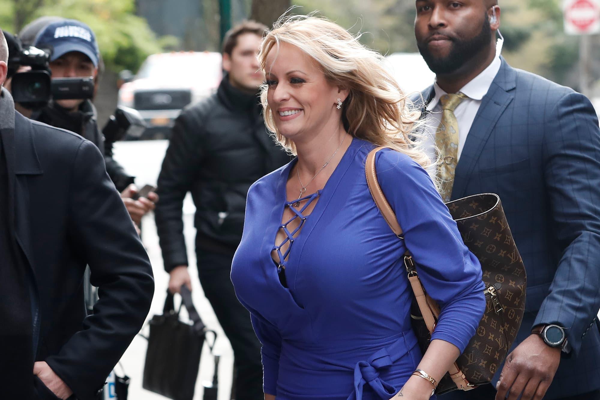 La estrella porno Stormy Daniels dice que 'le encantaría' testificar contra Trump en el gran jurado de Manhattan