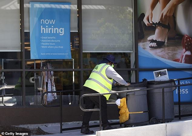 Los expertos en prevención del fraude han afirmado que hasta la mitad del dinero del desempleo distribuido durante la pandemia de COVID-19 en los Estados Unidos puede haber sido robado.