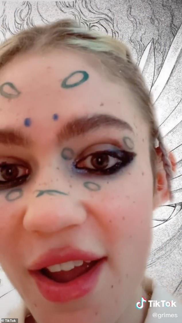 TikTok ha actualizado su política de privacidad para notificar a los usuarios de EE. UU. Que puede registrar la 'impresión de la cara y la huella de voz' y otros datos biométricos únicos.  En la foto: Grimes en un video reciente de TikTok.