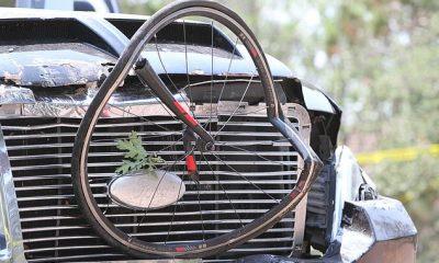 La camioneta con dos agujeros de bala en la ventana del lado del conductor y parte de una bicicleta destrozada atascada en la parrilla del vehículo.