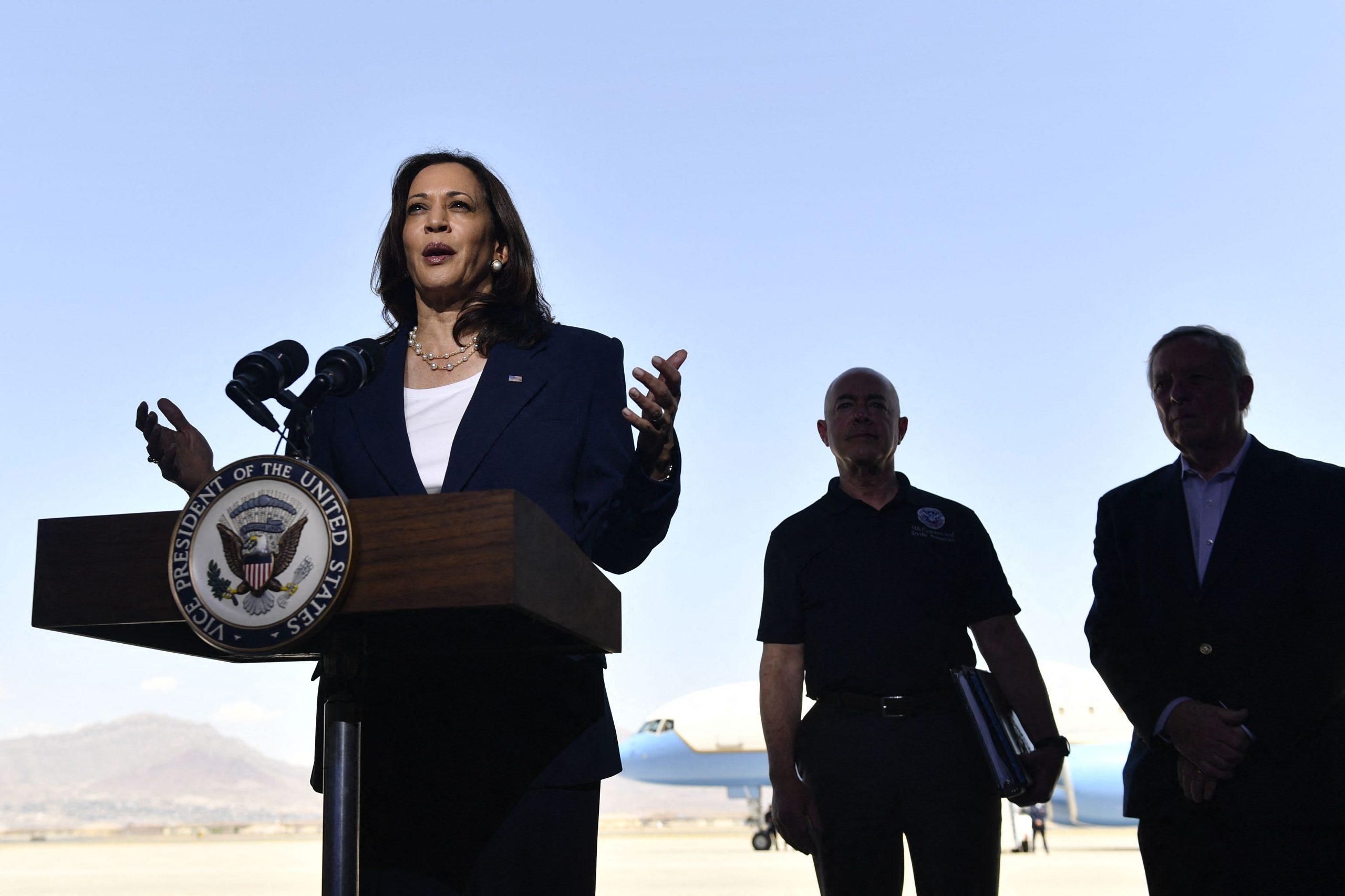 La vicepresidenta Kamala Harris visita la frontera entre Estados Unidos y México mientras continúa la crisis migratoria