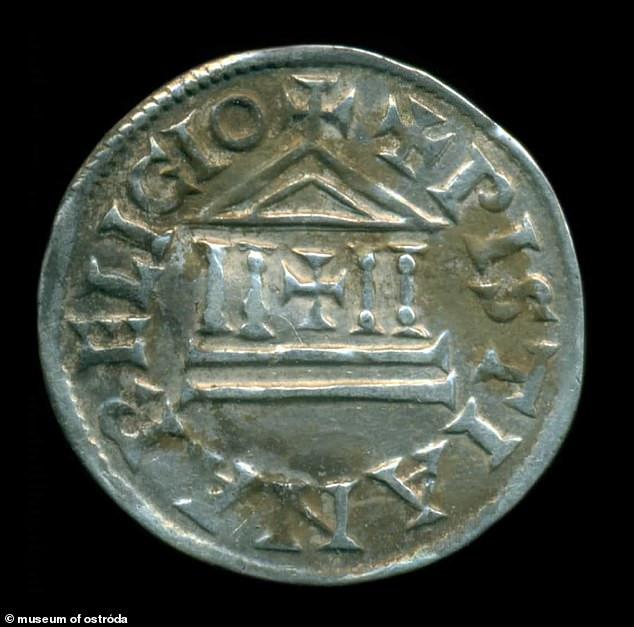 En marzo, se encontraron más de 100 monedas de plata del Imperio Carolingio en un bosque en el noreste de Polonia.  Las monedas de más de 1200 años pueden haber sido parte de un soborno para evitar que los vikingos saquearan París.