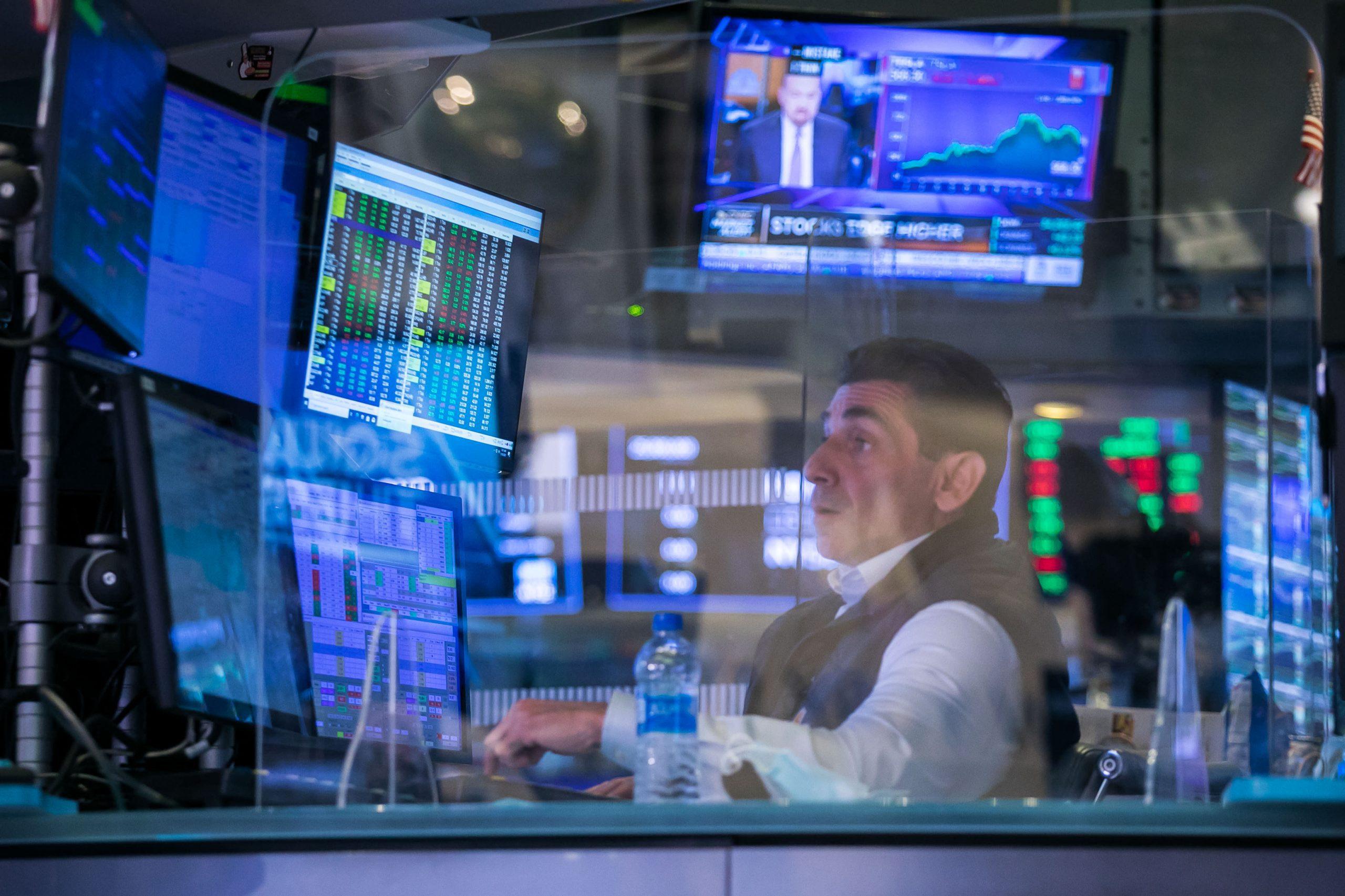Los futuros de acciones se mantienen planos ya que el S&P 500 se mantiene en un rango cercano al récord