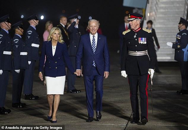 Los líderes del G7 presionarán a la Organización Mundial de la Salud para que realice una nueva investigación sobre los orígenes del COVID-19;  arriba El presidente Joe Biden y la primera dama Jill Biden llegan al aeropuerto de Cornwall Newquay y son recibidos por el Lord Teniente Coronel Edward Bolitho antes de la cumbre del G7