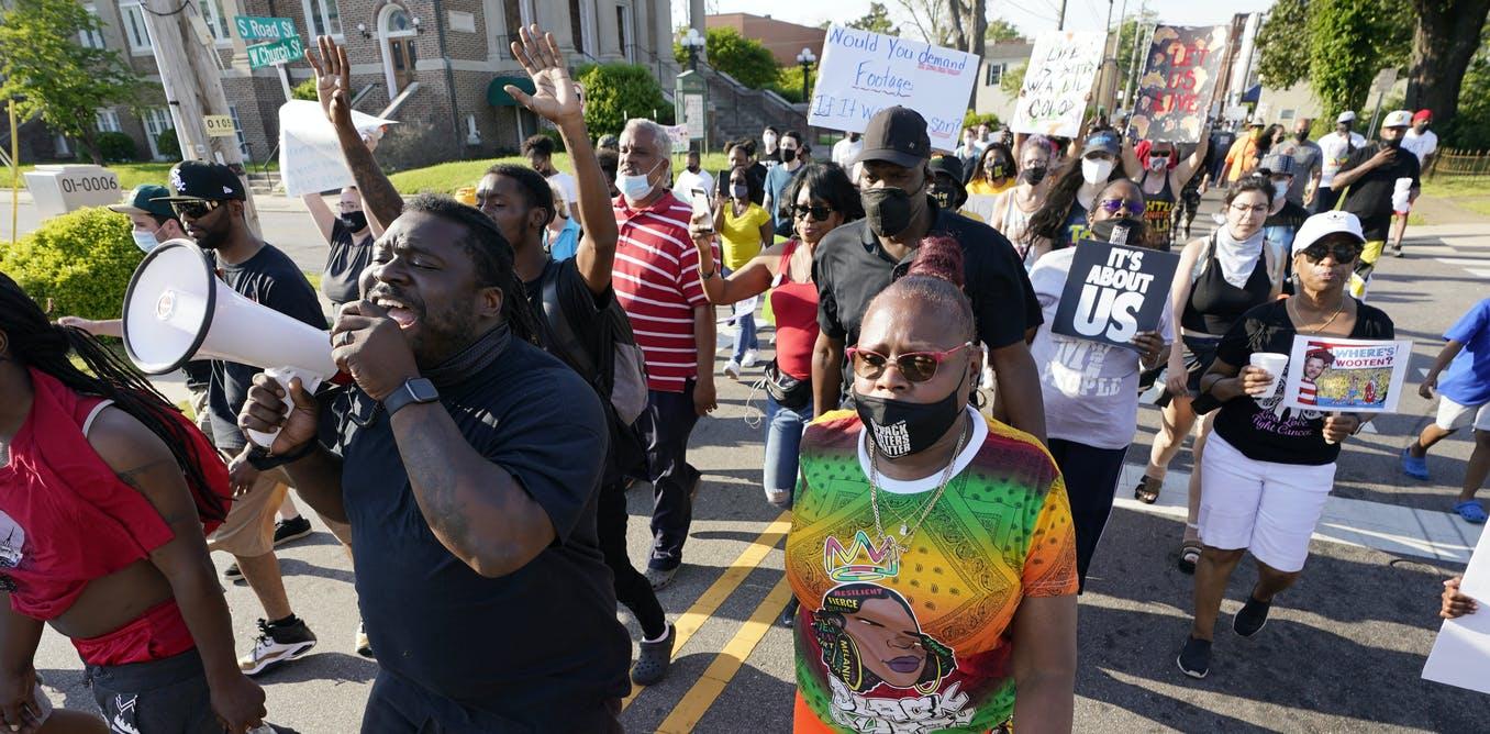 Los manifestantes que marchan en Elizabeth City, Carolina del Norte, por el asesinato de Andrew Brown siguen los pasos de siglos de luchadores por los derechos de los negros