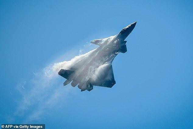 China está utilizando aviones de combate impulsados por IA en misiones de entrenamiento y afirma que ahora son capaces de derrotar a pilotos humanos (imagen de archivo, un chino) Caza furtivo J-20