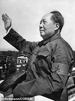 Durante diez años, los seguidores del presidente Mao quemaron libros, derribaron estatuas y asesinaron a millones de fieles a las viejas ideas, cultura, costumbres y hábitos de los ¿Cuatro Viejos¿