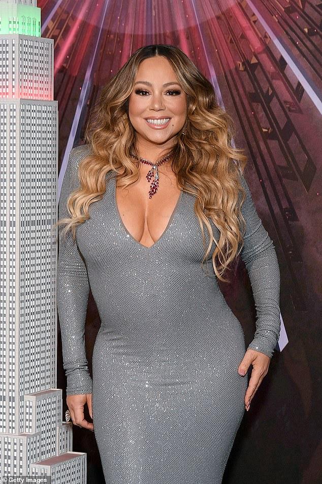 Continuando: Mariah Carey supuestamente terminó su relación comercial con el rapero Jay-Z, solo tres años y medio después de firmar con su compañía de administración Roc Nation;  visto en 2019