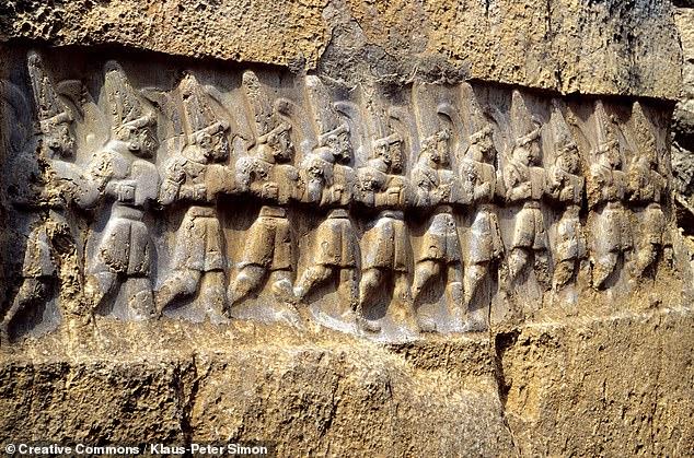 Una misteriosa serie de tallas de la Edad de Bronce, que representan tres procesiones de dioses caminando hacia dos deidades supremas, puede haber sido un calendario de lo más sorprendente.