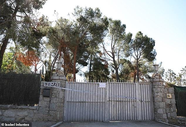 La puerta de entrada a la finca donde se informó el domingo del doble tiroteo.  El cuerpo de la mujer de 59 años fue encontrado junto al de su pareja en el jardín de su casa en el exclusivo barrio de Pozuelo de Alarcón, en el oeste de la capital española.