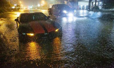 Coches varados en el bulevar Gause inundado en Slidell, Luisiana, el viernes por la noche después de que la tormenta tropical Claudette azotara la costa del Golfo durante la noche del viernes.