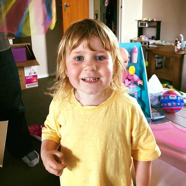 Amberlie Pennington-Foley, de tres años, murió en agosto del año pasado después de que su padre Robert se le cayera encima mientras la pareja jugaba en un parque de Nueva Zelanda.