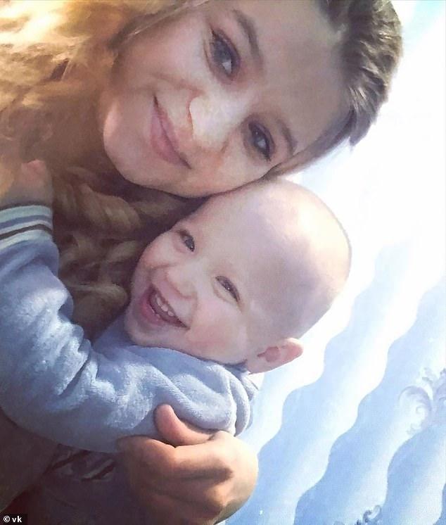 Timofei (en la foto a la derecha), de 21 meses, cayó 150 pies y murió desde una torre después de que sus padres Alexander y Taisiya Akimov (izquierda), de Moscú, Rusia, lo pusieran en su catre junto a una ventana abierta 'durante una sesión de bebida'