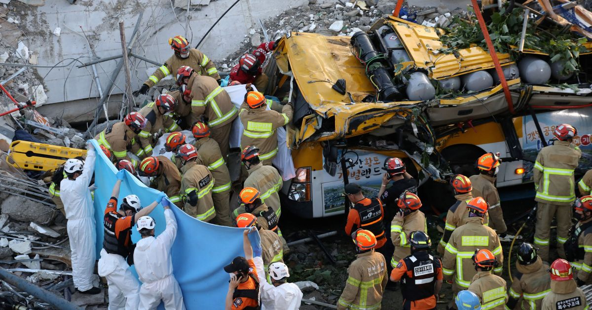 Nueve muertos tras colapso de un autobús en Corea del Sur