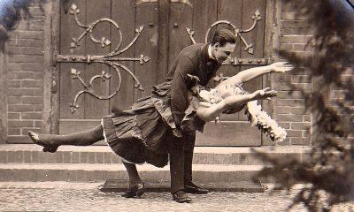 Un prisionero de guerra británico vestido como un flapper se desmaya en los brazos de un camarada mientras participan en dramas para ayudar a levantar la moral en el campamento de Schweidnitz PoW en el este de Alemania durante la Primera Guerra Mundial.