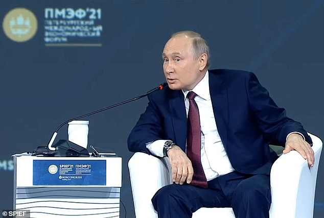 Vladimir Putin (en la foto) se negó a garantizar que no usaría un avión de combate para obligar a un vuelo comercial de Londres a aterrizar en Rusia después de que Bielorrusia suspendiera un vuelo de Ryanair.