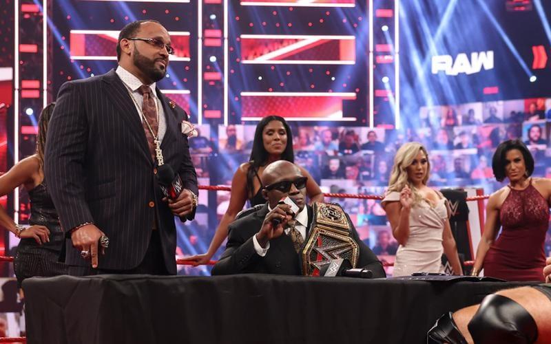 Reveladas las identidades de las damas de Bobby Lashley en WWE RAW
