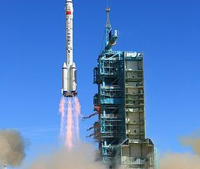 La nave espacial Shenzhou-12 se lanza desde el Centro de Lanzamiento de Satélites de Jiuquan el 17 de junio de 2021 en Jiuquan, provincia de Gansu de China, transportada en el cohete Long March-2F, a la estación espacial china Tiangong.