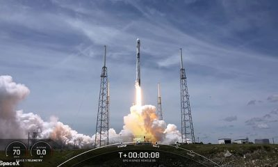 El cohete de 70 metros de altura, coronado con el GPS III SV05, encendió sus nueve motores Merlin a las 12:10 pm ET en el Complejo de Lanzamiento 40 de la Estación de la Fuerza Espacial de Cabo Cañaveral.
