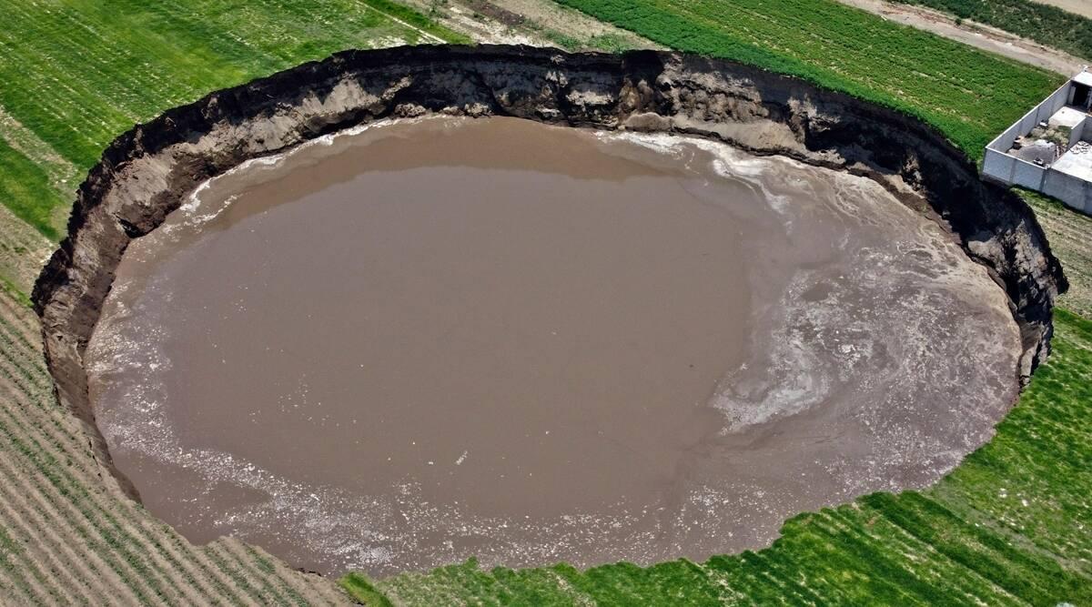 Sumidero en granja de México se traga más tierra, come en casa