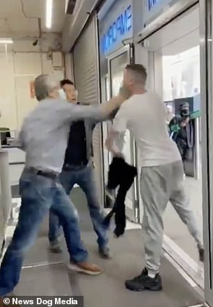 Este es el momento impactante en el que un comerciante noqueó a un cliente con un solo golpe después de que estalló una pelea cuando un hombre se negó a abandonar un Oriental Emporium en Dublín.