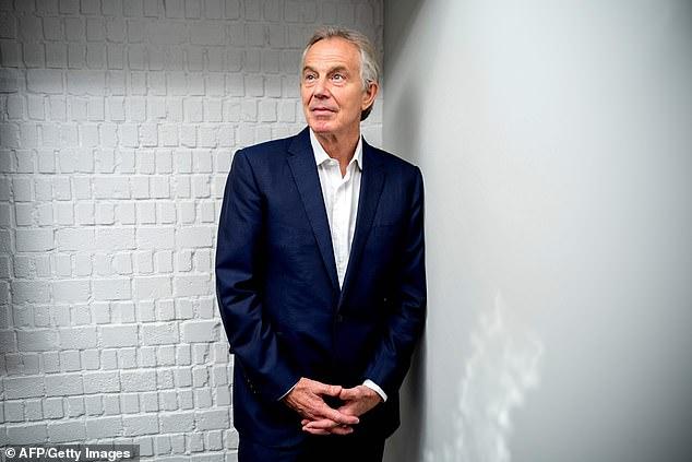 La propiedad que Tony Blair (en la foto) ayudó a asegurar ahora proporciona el telón de fondo de los videos habituales de Wengui en los que dice que las vacunas Covid-19 son ¿falsas?
