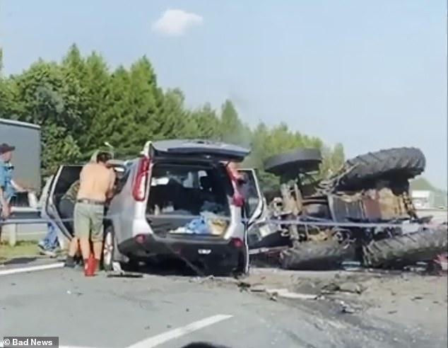 Dos pasajeros que viajaban en auto compartido y su conductor murieron cuando su Nissan X-Trail de 125 mph chocó de frente con la guadaña unida a la parte trasera de un tractor el jueves en Rusia.