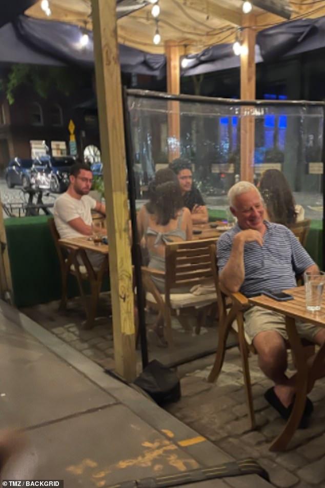 Salida nocturna: Trevor Noah y Minka Kelly fueron vistos disfrutando de una comida acogedora juntos este fin de semana.  La poderosa pareja, que supuestamente lo dejó en mayo, estaba cenando al aire libre en un restaurante de la ciudad de Nueva York.
