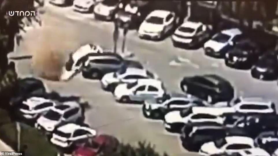 Este es el momento en que tres autos fueron tragados por un sumidero en el estacionamiento de un hospital de Jerusalén el lunes por la tarde.