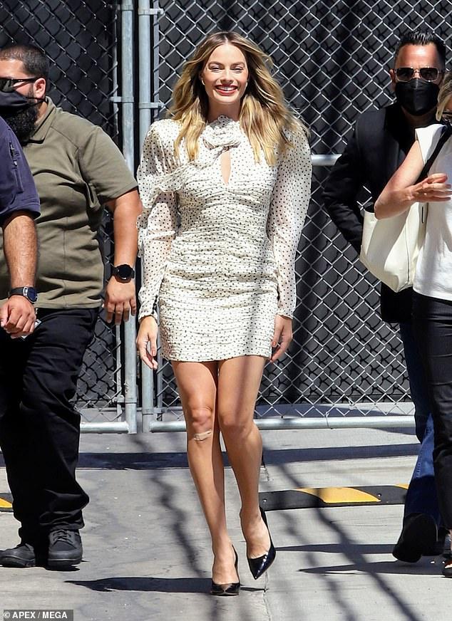 ¡Margot Robbie muestra una exhibición de piernas largas con lunares cuando llega a Jimmy Kimmel Live!