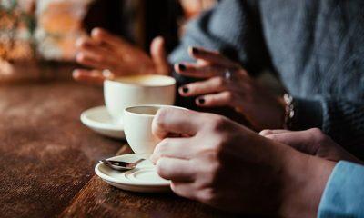 Es fácil tomar varios cafés a lo largo del día sin hacer un seguimiento de cuántos hemos tomado.  Ahora, una nueva investigación de la Universidad de Australia del Sur muestra que demasiado podría afectar la salud del cerebro con el tiempo