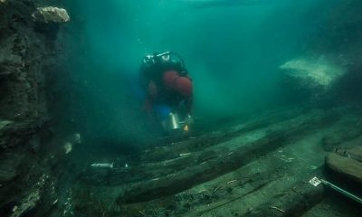 Los arqueólogos han desenterrado un naufragio de 2.200 años de antigüedad, junto con los restos de un área funeraria, en el mar Mediterráneo que se hundió después de ser golpeado con 'enormes bloques' del templo de Amón.