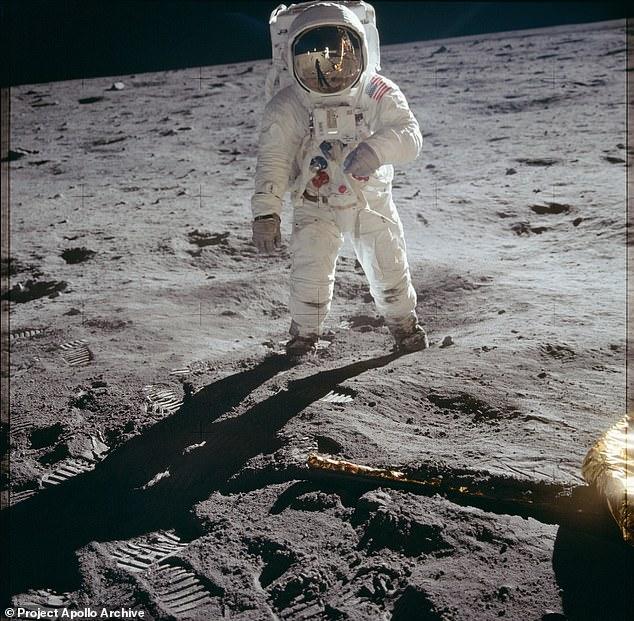Para crear el panorama, el artista Michael Ranger, que usa rg1213, hizo zoom en el reflejo de la superficie lunar en la visera de Buzz Aldrin en esta imagen icónica tomada por Neil Armstrong y 'desenvuelta'