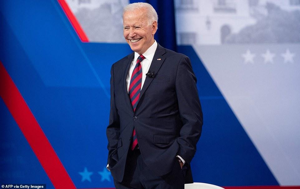 El presidente Biden subió al escenario para una cálida recepción mientras llevaba sus mensajes sobre vacunas, infraestructura y economía a Ohio, que apoya a Trump, para un ayuntamiento de CNN en Cincinnati.