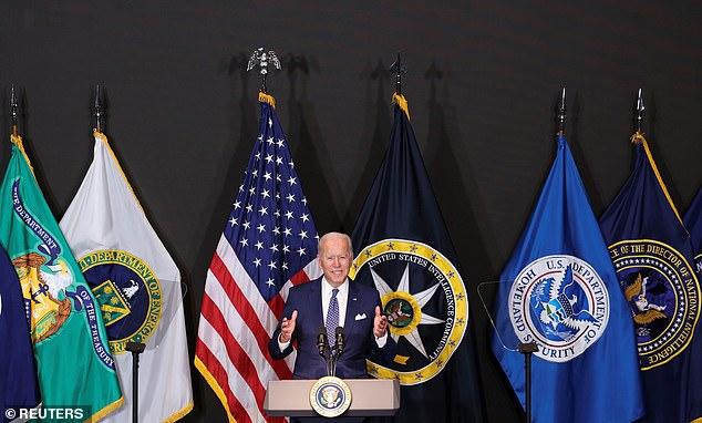 El presidente Biden dijo que las vacunas COVID-19 obligatorias para los trabajadores federales estaban 'bajo consideración' durante una visita a la Oficina del Director de Inteligencia Nacional en McLean, VA