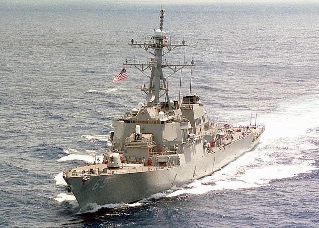 El USS Benfold (en la foto) ingresó el lunes a las aguas en disputa cerca de las islas Paracel, que China reclama como su propio territorio.