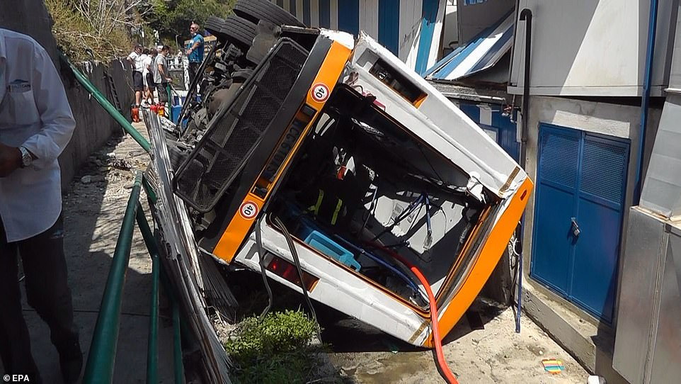 En la imagen: Una vista de la escena de un accidente, donde un minibús que transportaba a una docena de personas se salió de una carretera y se estrelló y cayó alrededor de 20 pies, en la isla de Capri, en el sur de Italia, el 22 de julio de 2021.
