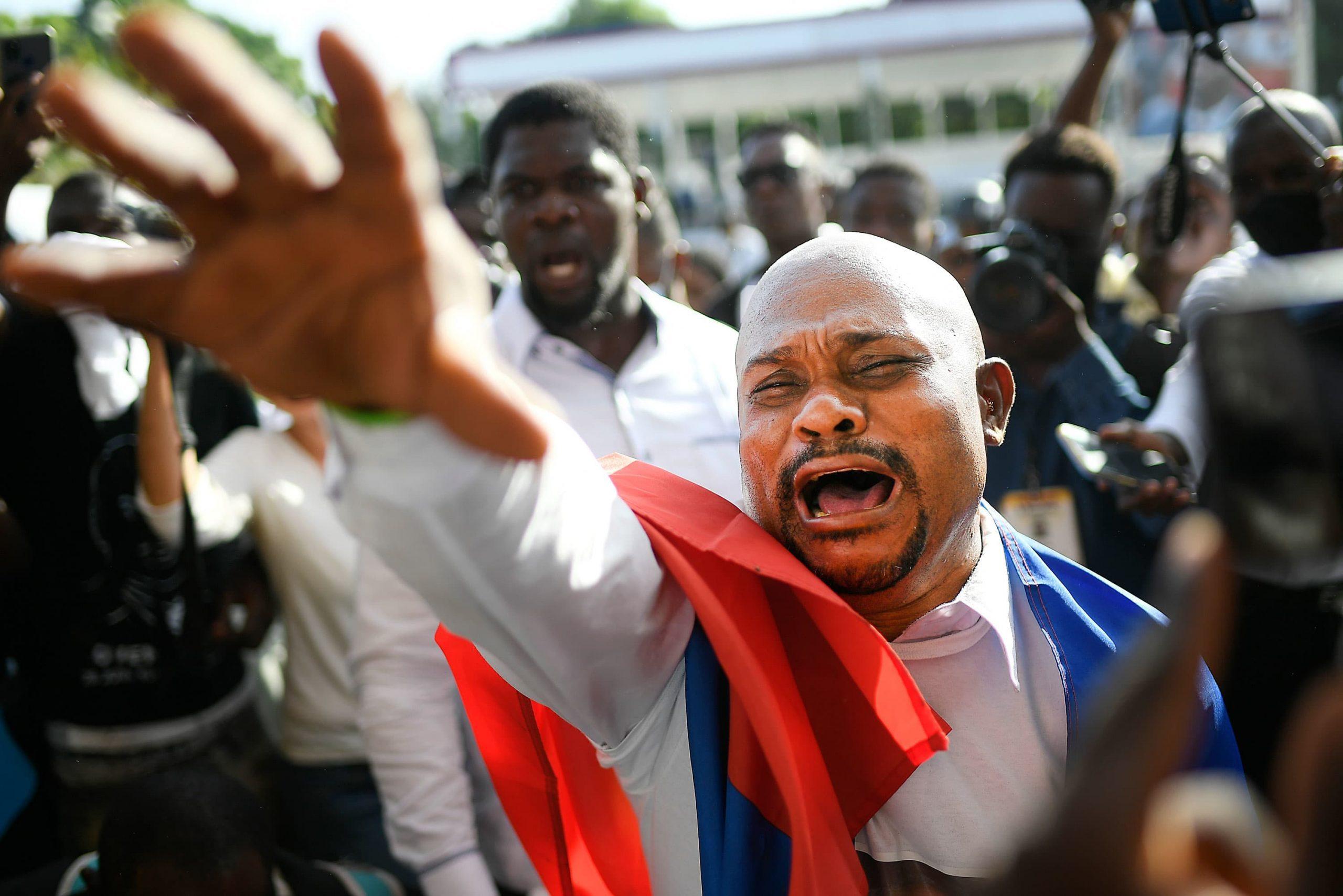 Delegación de Estados Unidos acorta viaje a Haití después de reportes de disparos en el funeral del presidente