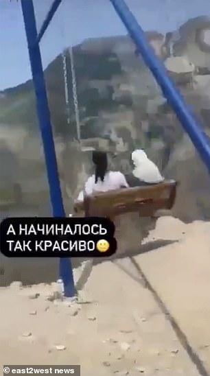 Las niñas usan el columpio en Daguestán, Rusia