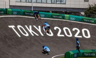 El ciclista de BMX se estrella después de que un funcionario caminara hacia la pista en los Juegos Olímpicos de Tokio