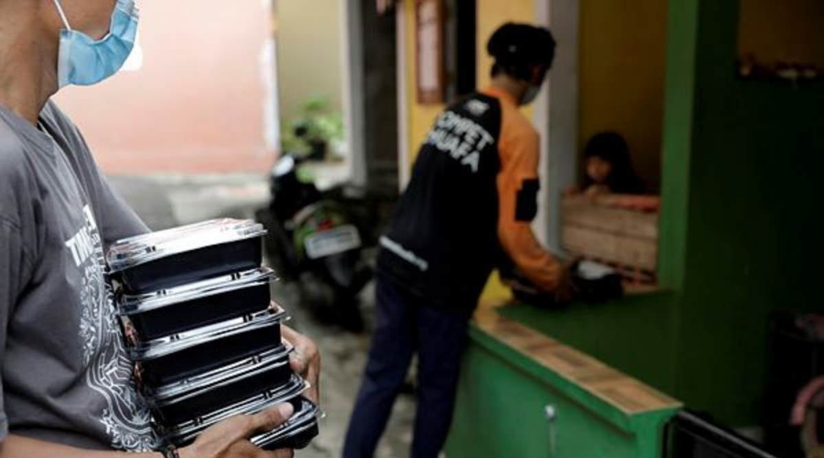 Indonesian soup kitchen brings food to Covid-19 patients stuck at home, Indonesian soup kitchen deliver food to Covid-19 patients stuck at home, Indonesian soup kitchen, Home delivery of food to Covid-19 patients at door step, Home delivery of food to Covid-19 patient, Indonesia