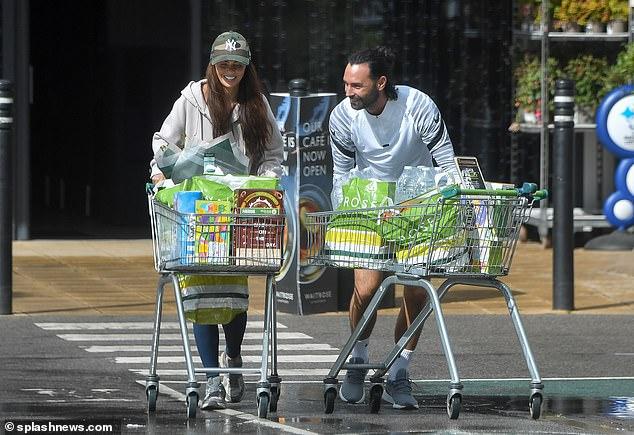 El futbolista de Jennifer Metcalfe, Chris Eagles, le compra un ramo de flores en un viaje de compras