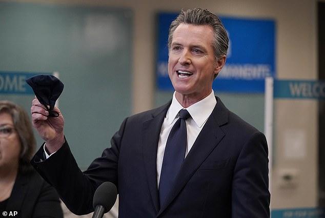 El gobernador de California, Gavin Newsom, saca a sus hijos del campamento de verano después de que su hijo fuera fotografiado sin máscara