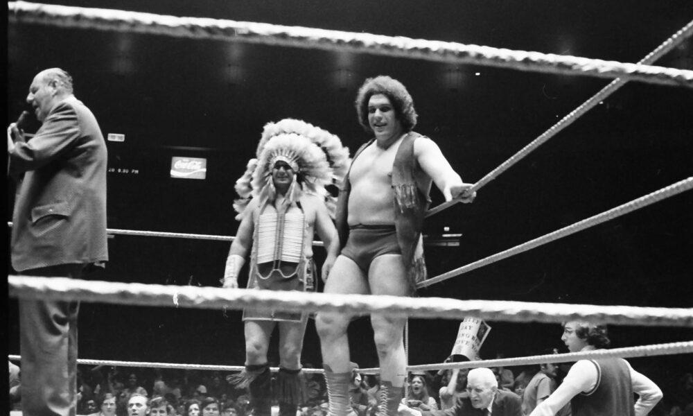 """El historiador de la lucha libre y autor de """"Mat Memories"""", John Arezzi, ingresa al espacio de NFT con imágenes poco comunes de Andre The Giant de 1973"""