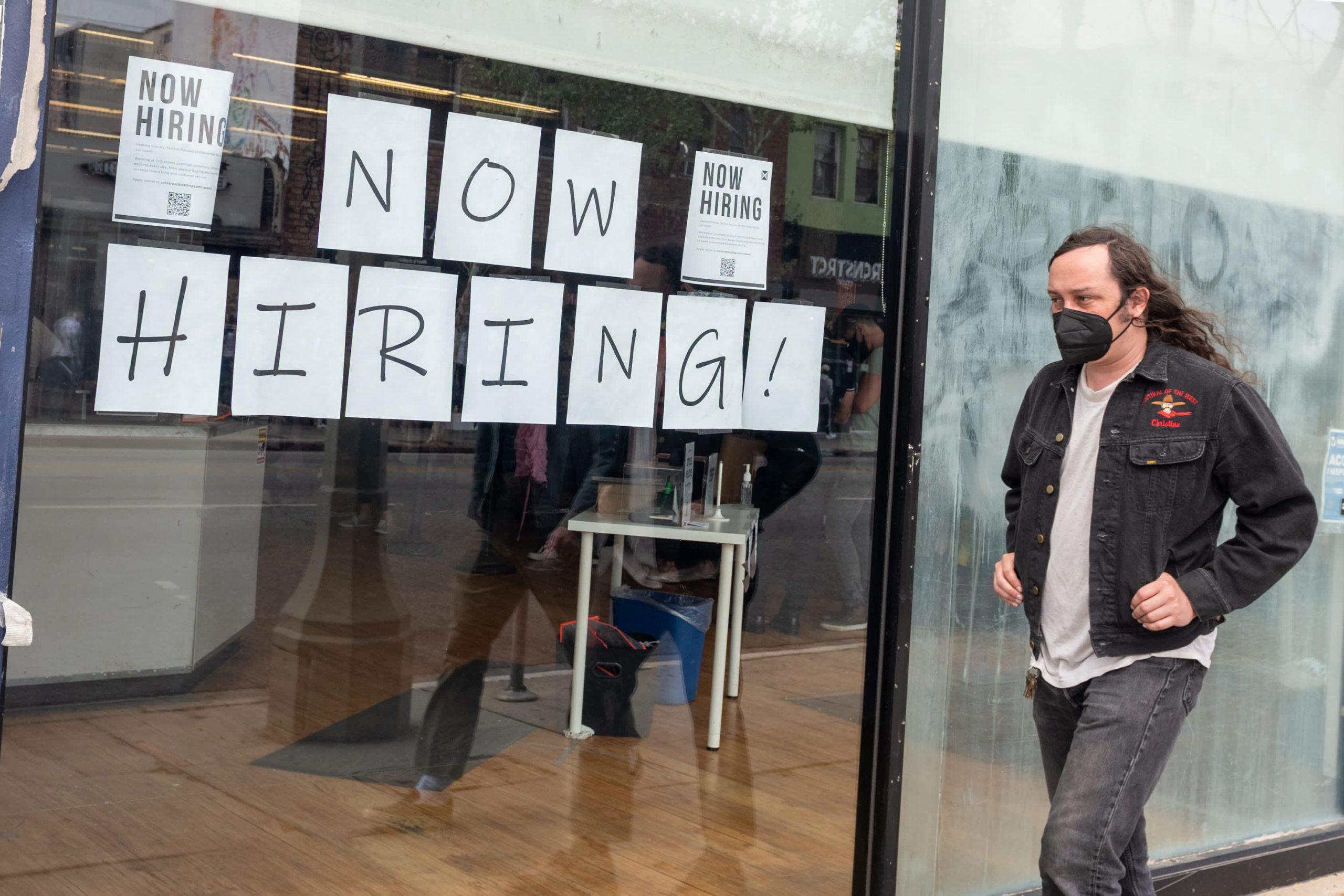 El total de solicitudes semanales de desempleo alcanza un nuevo mínimo de la era de la pandemia de 364.000